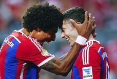Lewandowski e Dante comemoram gol do Bayern de Munique nesta terça-feira.   REUTERS/Michael Dalder
