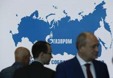 Люди на собрании акционеров Газпрома в Москве 27 июня 2014 года. Газпром изучает возможности экспорта газового конденсата с принадлежащей ему группы Киринских месторождений на шельфе Сахалина, сказал журналистам Виктор Тимошилов, курирующий восточные программы концерна. REUTERS/Sergei Karpukhin