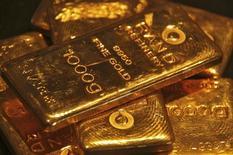 Слитки золота в магазине в Чандигархе 8 мая 2012 года. Цены на золото стабильны на фоне укрепления доллара и хороших производственных показателей США. REUTERS/Ajay Verma