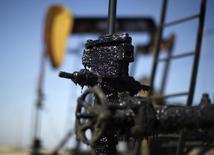 Станок-качалка на месторождении Midway Sunset в Калифорнии 29 апреля 2013 года. Цены на нефть Brent снижаются третий день подряд за счет высокого предложения и слабых экономических показателей. REUTERS/Lucy Nicholson