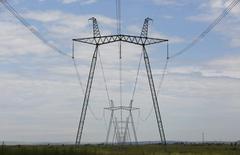 ЛЭП у Саяно-Шушенской ГЭС 28 июля 2014 года. Электросетевой монополист Россети, предложивший недавно вернуться к дорогостоящей идее перехода дочек, включая ФСК, на одну акцию, говорит, что траты на это ему по силам и не потребуют расходов госказны. REUTERS/Ilya Naymushin