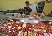 Колбаса в магазине села Солгон Красноярского края 6 сентября 2014 года. Инфляция в России за неделю с 16 по 22 сентября составила 0,2 процента по сравнению с 0,1 процента неделей ранее, сообщил Росстат. REUTERS/Ilya Naymushin