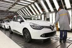 Renault annonce avoir rappelé près d'un demi-million de véhicules en raison de problèmes de freins qui affectent aussi l'utilitaire Citan de Mercedes, produit par une usine du groupe français dans le cadre de leur accord de coopération. Le rappel concerne environ 402.000 Clio et 64.000 Kangoo produites par l'usine de Maubeuge (Nord. /Photo d'archives/REUTERS/Benoit Tessier