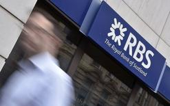 Citizens Financial, filiale américaine de Royal Bank of Scotland (RBS), a fait ses débuts à Wall Street au cours de 21,50 dollars, inchangé sur son prix d'introduction en Bourse, avant de progresser. Il s'agit de la plus importante IPO dans le secteur financier aux Etats-Unis depuis la crise financière de 2007-2009 et la deuxième en importance derrière celle de 21,8 milliards de dollars d'Alibaba la semaine passée. /Photo d'archives/ REUTERS/Toby Melville