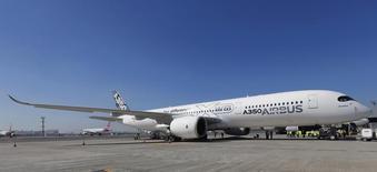 Airbus a revu à la hausse sa prévision de demande mondiale d'avions pour le vingt prochaines années à 31.400 appareils, grâce aux commandes en provenance des pays émergents. /Photo prise le 7 août 2014/REUTERS/Paulo Whitaker