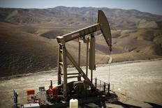 Una unidad de bombeo de crudo en Monterey Shale, EEUU, abr 29 2013. El petróleo costaría al menos 150 dólares por barril por las interrupciones en el suministro en Oriente Medio y Africa del Norte si no fuera por la creciente producción en Dakota del Norte y Texas, dijo el miércoles el jefe de la gubernamental estadounidense Administración de Información de Energía.   REUTERS/Lucy Nicholson