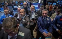 Imagen de archivo de unos operadores en la bolsa de Nueva York, sep 22 2014. Las acciones cerraron con sólidos avances el miércoles en la bolsa de Nueva York, lo que permitió al índice S&P 500 cortar una racha negativa de tres sesiones y terminar por encima de su promedio móvil de 14 días, un nivel técnico clave que apunta a una mejoría de la tendencia en el corto plazo. REUTERS/Brendan McDermid