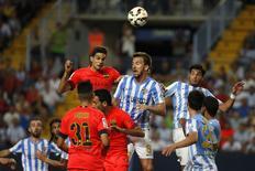 Jogadores de Barcelona e Málaga durante empate de 0 x 0.  REUTERS/Jon Nazca