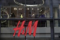 Hennes & Mauritz (H&M), numéro deux mondial du prêt-à-porter, a annoncé un bénéfice du troisième trimestre 2013-2014 conforme aux attentes des analystes financiers, tout en disant que le rythme de hausse de ses ventes avait ralenti en raison d'une météo inhabituellement clémente au mois de septembre. /Photo d'archives/REUTERS/Ints Kalnins