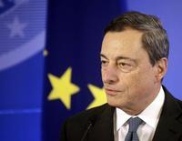 El presidente del Banco Central Europeo, Mario Dragui, en una ceremonia en Vilnius, 25 septiembre, 2014. El presidente del Banco Central Europeo, Mario Draghi, espera que la zona euro crezca modestamente en la segunda mitad del año, ayudada por las últimas medidas de estímulo del BCE, y se comprometió a hacer más de ser necesario. REUTERS/Ints Kalnins