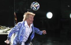 El cantante Rod Stewart lanza una pelota de fútbol en el Festival de Viña del Mar, Chile. Imagen de archivo, 27 febrero, 2014. El roquero británico Rod Stewart fue demandado por un hombre que afirma haber resultado herido por un balón de fútbol lanzado por el músico en un concierto en Las Vegas en 2012.REUTERS/Eliseo Fernandez