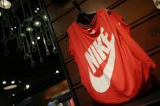 Nike, le numéro un mondial des articles de sport, a annoncé un bond de 15% de son chiffre d'affaires trimestriel, à 8,0 milliards de dollars (6,3 milliards de dollars), porté par ses investissements publicitaires pour la Coupe du monde de football. /Photo d'archives/REUTERS/Lucy Nicholson