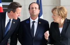 Премьер-министр Великобритании Дэвид Кэмерон, президент Франции Франсуа Олланд и канцлер Германии Ангела Меркель (слева направо) на церемонии в Ипре 26 июня 2014 года. Евросоюз, вероятно, оставит санкции против России в действии, когда его представители соберутся на следующей неделе, чтобы оценить успехи мирного процесса на Украине, говорят дипломаты. REUTERS/Francois Lenoir