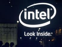 Intel est l'une des valeurs à suivre à Wall Street après l'annonce du fondeur d'un investissement jusqu'à 1,5 milliard de dollars (1,17 milliard d'euros) pour acquérir une participation de 20% dans deux fabricants chinois de puces pour smartphones et tablettes liés au gouvernement chinois. /Photo d'archives/REUTERS/Pichi Chuang