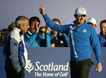 European Ryder Cup player Rory McIlroy acknowledges the crowd as he stands with captain Paul McGinley (L) on the first tee for his fourballs 40th Ryder Cup match at Gleneagles in Scotland September 26, 2014  REUTERS/Phil Noble