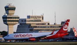 Air Berlin annonce vendredi avoir annulé des commandes passées auprès de Boeing valant cinq milliards de dollars sur la base des prix catalogue, une décision qui rentre dans le programme de réduction des dépenses de la compagnie aérienne allemande déficitaire. /Photo prise le 3 mai 2014/REUTERS/Fabrizio Bensch