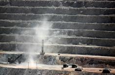 Imagen de archivo de unas faenas al interior de la mina Escondida cerca de Antofagasta, Chile, mar 31 2008. Las ganancias de la mina chilena Escondida, el mayor yacimiento mundial de cobre, cayeron un 14 por ciento en el primer semestre por un menor valor internacional del metal y una leve disminución en su producción.   REUTERS/Ivan Alvarado