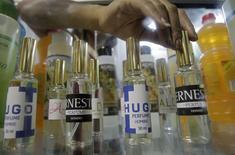 """Les autorités cubaines ont interdit à la compagnie publique Labiofam de commercialiser des parfums portant les noms d'Ernesto Che Guevara et d'Hugo Chavez, invoquant le respect dû à deux figures """"sacrées"""" des idéaux révolutionnaires. /Photo prise le 25 septembre 2014/REUTERS"""