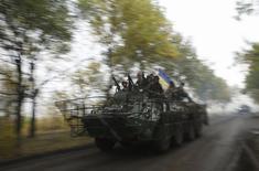 Бронемашина украинской армии в Краматорске 26 сентября 2014 года. Семеро украинских военных погибли в воскресенье на востоке, что стало самой многочисленной потерей за период с момента объявления двусторонного прекращения огня 5 сентября. REUTERS/David Mdzinarishvili