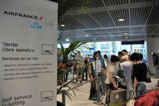 La fin de la grève des pilotes d'Air France lève les inquiétudes immédiates sur le quotidien opérationnel de la compagnie mais la direction du groupe Air France-KLM devra clarifier sa stratégie dans le low cost. Certains analystes soulignent que l'abandon de Transavia Europe ne constitue pas en soi une mauvaise nouvelle mais ils jugent que le développement de Transavia France est d'une importance primordiale. /Photo prise le 27 septembre 2014/REUTERS/Patrice Masante