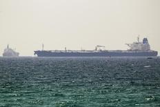 Нефтяной танкер у израильского города Ашкелон 20 июня 2014 года. Цены на нефть Brent держатся вблизи $97 за баррель на фоне достаточного предложения, вялого роста мировой экономики и повышения курса доллара до четырехлетнего пика к корзине основных валют. REUTERS/Amir Cohen