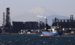 Zone industrielle à Kawasaki. La production industrielle japonaise a reculé de 1,5% en août pour revenir à son plus bas niveau depuis juin 2013, reflétant une accumulation de stocks du fait de la faiblesse de la demande. /Photo d'archives/REUTERS/Toru Hanai