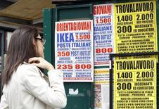 Offres d'emploi à Milan. Le taux de chômage en Italie est revenu à 12,3% en août, contre 12,6% en juillet, mais celui des jeunes a atteint un niveau record, à 44,2%. /Photo d'archives/REUTERS/Alessandro Garofalo