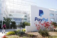 Логотип PayPal у офиса компании в Сан-Хосе 28 мая 2014 года. EBay Inc выделит стремительно развивающегося оператора электронных платежей PayPal в отдельную публичную компанию во второй половине 2015 года. REUTERS/Beck Diefenbach