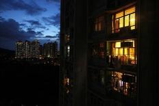 Unidades residenciales vistas durante un atardecer en Hong Kong. Imagen de archivo, 17 julio, 2014.  China flexibilizó el martes las normas hipotecarias para compradores de una segunda vivienda al reducirles las tasas de interés y recortar los niveles de pago inicial, en un paso importante con el que el Gobierno busca apuntalar el vacilante crecimiento de la segunda mayor economía el mundo. REUTERS/Bobby Yip