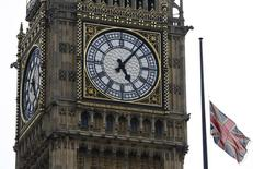 Una bandera del Reino Unido al lado de la torre del Big Ben en el centro de Londres. Imagen de archivo, 08 abril, 2013. La economía británica creció en el segundo trimestre a un ritmo más acelerado de lo que se había estimado previamente, de acuerdo a cifras oficiales que utilizan una nueva manera de calcular el producto interno bruto. REUTERS/Luke MacGregor