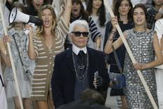 Estilista alemão Karl Lagerfeld no encerramento do desfile de sua coleção Primavera/Verão 2015 para a Chanel, em Paris, com a top brasileira Gisele Bundchen ao fundo. 30/09/2015  REUTERS/Gonzalo Fuentes