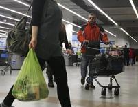Unas personas realizando compras al interior de un supermercado en Buenos Aires. La recaudación de tributos en Argentina habría crecido un 33,5 por ciento interanual en septiembre impulsada principalmente por el impuesto al consumo y a la renta, indicó un sondeo de Reuters el martes. REUTERS/Enrique Marcarian