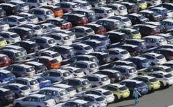 Les ventes de voitures au Japon ont reculé en septembre pour le troisième mois consécutif, dernière illustration en date du poids du relèvement de la taxe sur la valeur ajoutée (TVA) sur les dépenses de consommation. /Photo d'archives/REUTERS/Toru Hanai