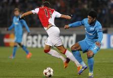 Atacante do Zenit St. Petersburgo Hulk disputa bola com Lucas Ocampos, do Monaco, em jogo da Liga dos Campeões. REUTERS/Alexander Demianchuk