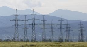 """ЛЭП у Саяно-Шушенской ГЭС 28 июля 2014 года. Россия обещает сохранить курс на приватизацию электросетевых активов, сейчас принадлежащих госхолдингу Россети, который вернул идею консолидации """"дочек"""", что инвесторы восприняли как отказ от планов продажи отдельных компаний. REUTERS/Ilya Naymushin"""