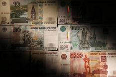 Рублевые купюры в Москве 30 сентября 2014 года. Рубль вечером четверга торговался в плюсе к доллару США, но подешевел к евро, отражая динамику пары евро/доллар после комментариев главы Европейского центробанка. REUTERS/Maxim Zmeyev