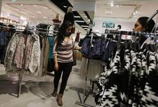 """Unos clientes al interior de una tienda de la cadena Forever 21 en el día de su inauguración en el centro comercial Real Plaza Salaverry en Lima, oct 1 2014. El comercio de América Latina y el Caribe anotaría un """"virtual estancamiento"""" por tercer año consecutivo, ante un deterioro en las perspectivas de la economía mundial para el 2014, dijo el jueves la CEPAL en un adelanto de un informe que difundirá la próxima semana.  REUTERS/Mariana Bazo"""