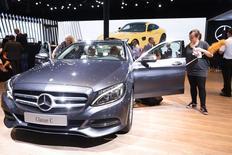 Renault et Daimler ont annoncé vendredi que la Mercedes Classe C était pourvue depuis le mois dernier d'un moteur diesel fabriqué par le groupe français, dernière concrétisation en date du développement de l'alliance entre les deux constructeurs. /Photo prise le 2 octobe 2014/REUTERS/Jacky Naegelen