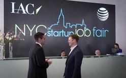 Personas asisten a la feria laboral NYC Startup en Nueva York. Imagen de archivo, 11 abril, 2014.  Los empleadores de Estados Unidos incrementaron las contrataciones en septiembre y la tasa de desocupación bajó a un mínimo en seis años, lo que podría afianzar las apuestas a una subida de tasas de interés de la Reserva Federal a mediados del 2015 o incluso antes. REUTERS/Carlo Allegri