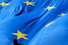 La Commission européenne a annoncé vendredi l'ouverture d'une enquête approfondie sur le projet de rachat du spécialiste des prothèses orthopédiques Biomet par le groupe américain d'équipements médicaux Zimmer pour 13,4 milliards de dollars (10,7 milliards d'euros). /Photo d'archives/REUTERS/Thierry Roge