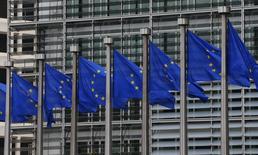 Banderas de Europa vistas afuera de la sede de la Comisión Europea en Bruselas. Imagen de archivo, 10 septiembre, 2014.  La Comisión Europea probablemente rechazará el borrador de presupuesto de Francia para el 2015 a finales de octubre y pedirá uno nuevo que cumpla mejor con las obligaciones de reducción del déficit público, dijeron varios funcionarios de la zona euro.  REUTERS/Yves Herman