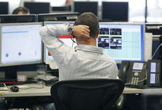 Operador em frente a terminais financeiros. REUTERS/Luke MacGregor