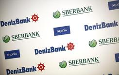 Логотипы Сбербанка, группы Dexia и Denizbank на пресс-конференции в Стамбуле 8 июня 2012 года. Принадлежащий Сбербанку турецкий Denizbank в виде исключения не попадет под антироссийские санкции США, сохранив доступ к американским долговым рынкам. REUTERS/Murad Sezer