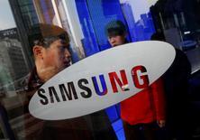 Samsung Electronics annonce mardi s'attendre pour le troisième trimestre à un bénéfice opérationnel en baisse de 60% sur un an et nettement inférieur aux estimations des analystes, qui fait craindre pour l'ensemble de 2014 un résultat annuel en baisse pour la première fois depuis 2011. /Photo prise le 6 janvier 2014/REUTERS/Kim Hong-Ji