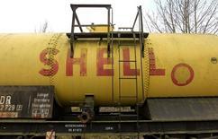 Старый логотип Shell на цистерне в Наумбурге 17 марта 2012 года. Российский Газпром и британско-голландская Shell договорились разработать проект третьей очереди проекта Сахалин-2 до сентября 2015 года, сказал глава российского концерна Алексей Миллер. REUTERS/Arnd Wiegmann   (