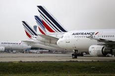 Air France-KLM a estimé mercredi que la grève des pilotes d'Air France en septembre pourrait amputer son excédent brut d'exploitation de quelque 500 millions d'euros cette année. /Photo prise le 22 septembre 2014/REUTERS/Jacky Naegelen