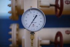 Датчик давления на газовой станции в Ужгороде 21 мая 2014 года. Украина, которая много месяцев ведет бесплодные газовые переговоры с Россией при посредничестве Еврокомиссии, просит Стокгольмский арбитраж принять промежуточное решение о зимних поставках газа. REUTERS/Gleb Garanich