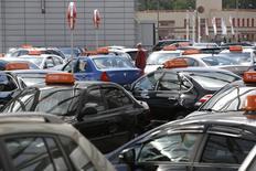 Автомобили в дилерском центре на окраине Москвы 18 августа 2014 года. Авторынок РФ в сентябре 2014 года рухнул на 20,1 процента до 197.233 штук в годовом выражении, сообщила в среду Ассоциация европейского бизнеса (АЕБ). REUTERS/Maxim Zmeyev