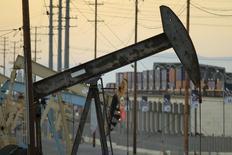 Una torre petrolera extrae crudo en el campo de depósito de Wilmington, California. Imagen de archivo, 30 julio, 2013. Los inventarios de crudo en Estados Unidos subieron más de lo esperado la semana pasada ante un menor procesamiento en las refinerías, mientras que los de gasolina y de destilados aumentaron inesperadamente, dijo el miércoles la gubernamental Administración de Información de Energía. REUTERS/David McNew