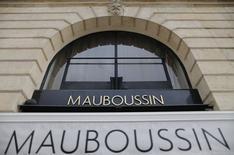 Le joaillier Mauboussin n'attend pas de croissance en France en 2015 pour cause de marasme économique et s'apprête à quitter la place Vendôme pour la rue de la Paix, où les loyers sont moins élevés et le trafic plus dense. /Photo d'archives/REUTERS/Christian Hartmann